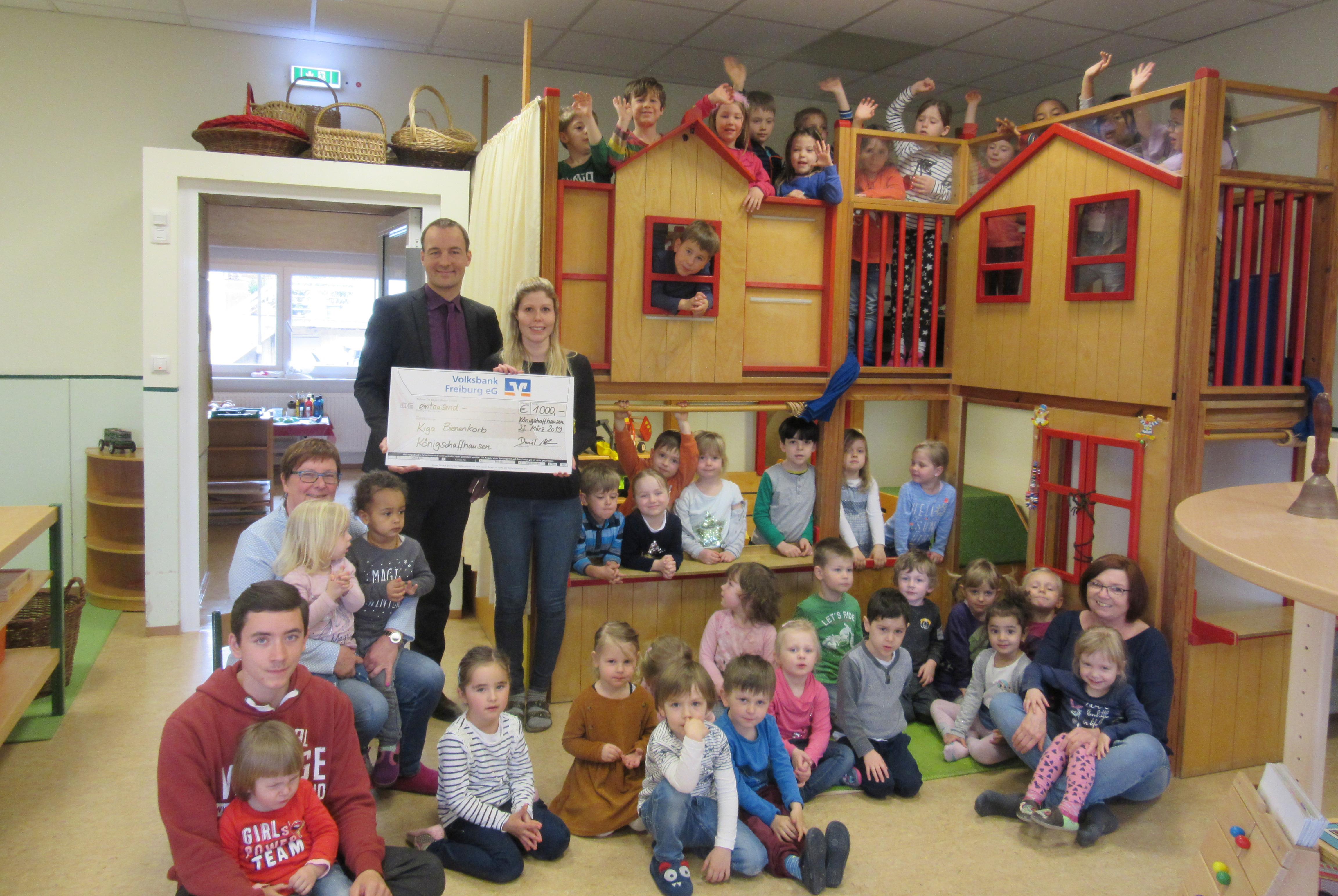 Spendenübergabe im Kindergarten vor dem Spielhaus