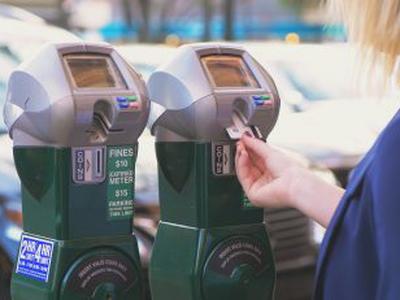 Frau bezahlt mit Kreditkarte