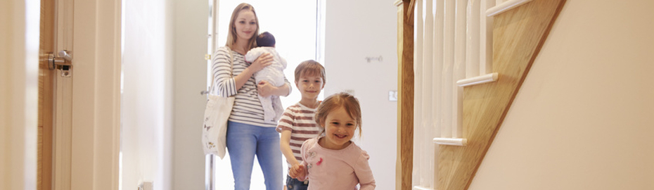 Mutter mit drei kleinen Kindern