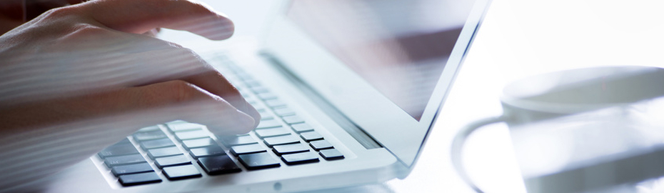 Tippende Finger auf Laptop