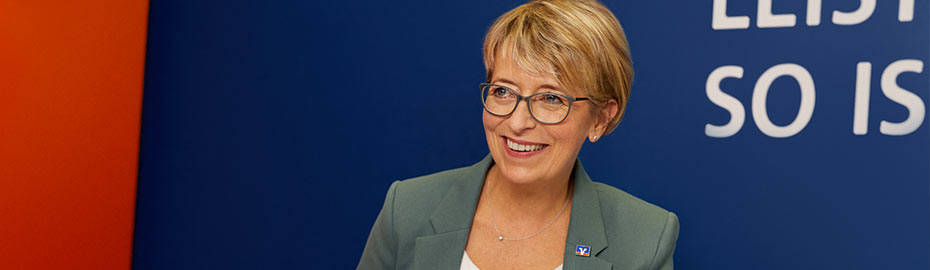 Mann mit Fahrrad auf der Schulter