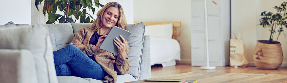 Frau mit Tablet auf Sofa